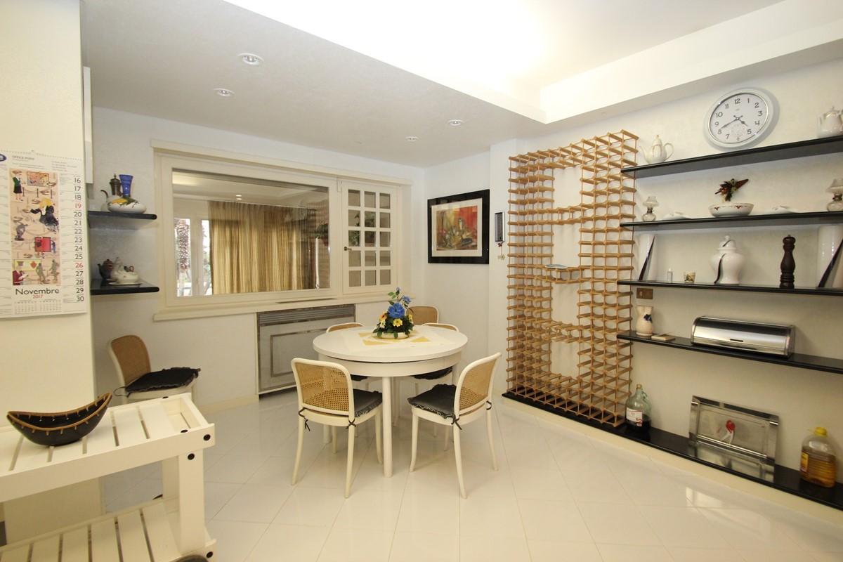 Villa Palmera Kitchen Table