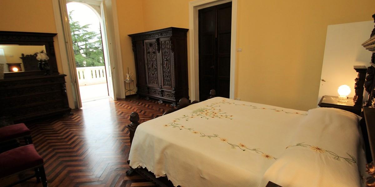 Villa Valeria Master Bed 1