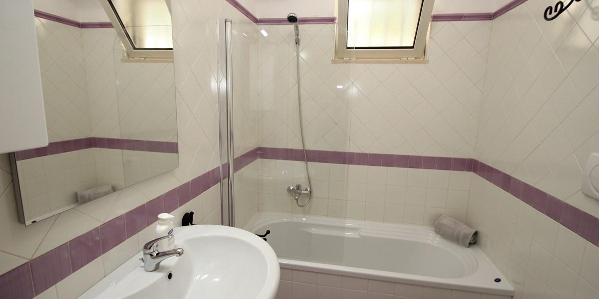 Trullo Sorellina Villa Bath1